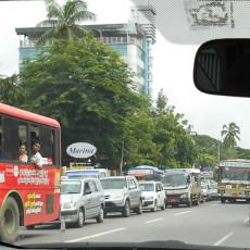 逆走する、経路を逸らす旅客車両