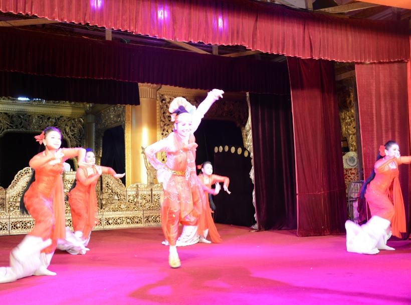 民族舞踊ディナーショーカラウェイ・パレス20