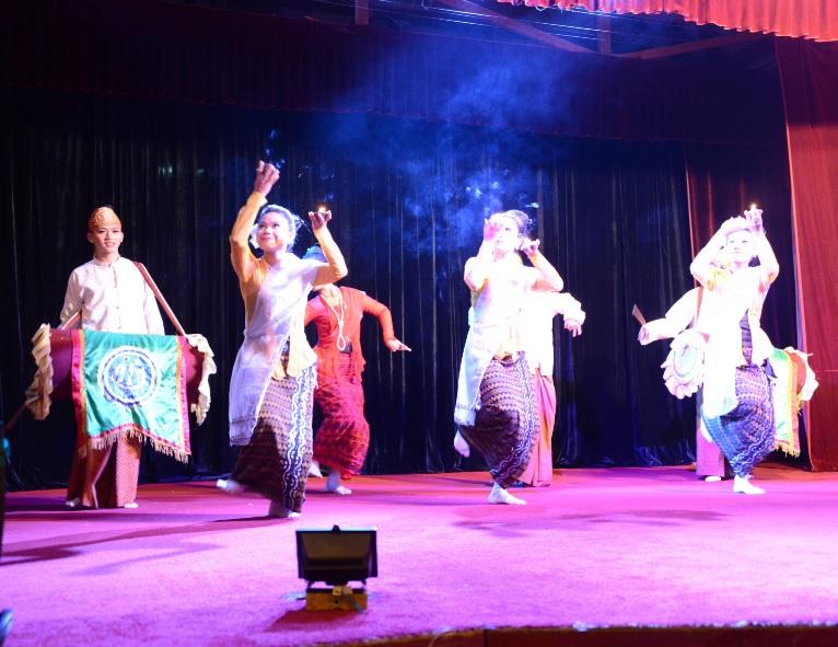 民族舞踊ディナーショーカラウェイ・パレス16