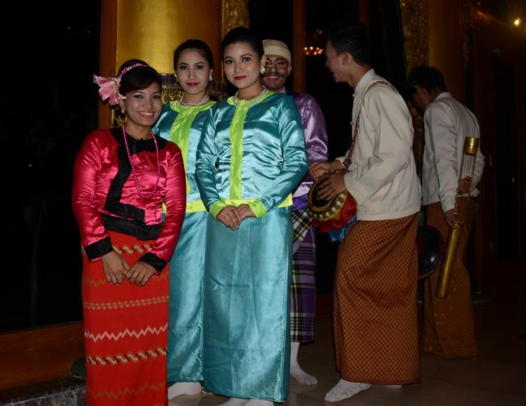 民族舞踊ディナーショーカラウェイ・パレス30