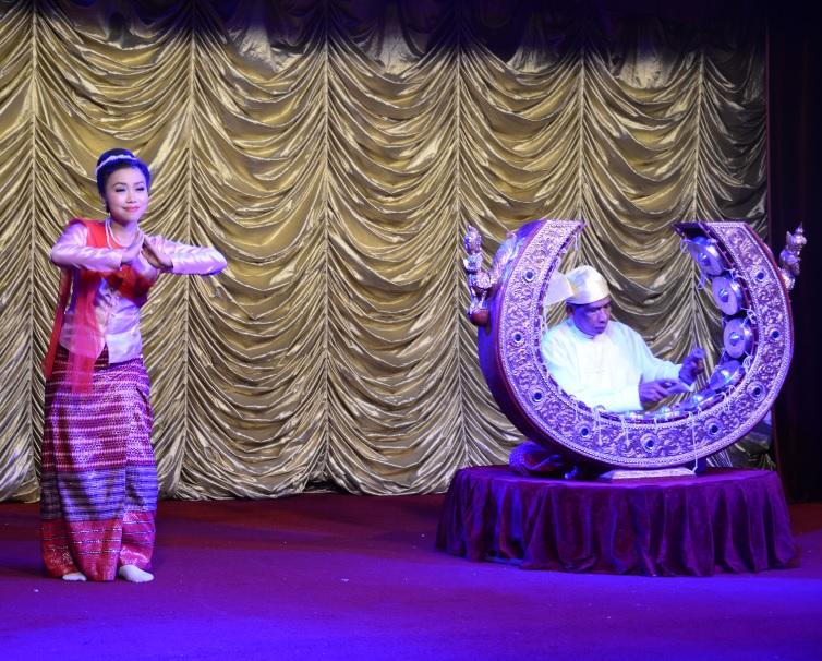 民族舞踊ディナーショーカラウェイ・パレス17