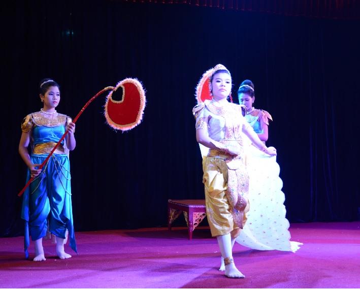 民族舞踊ディナーショーカラウェイ・パレス22