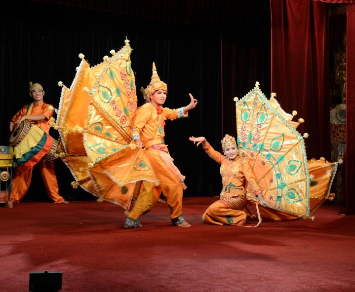 民族舞踊ディナーショーカラウェイ・パレス18