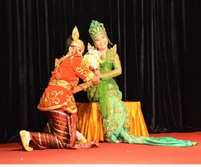 民族舞踊ディナーショーカラウェイ・パレス19