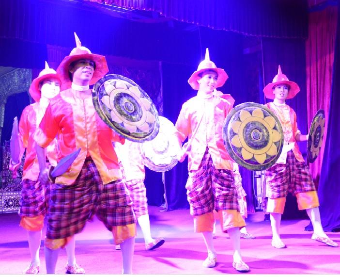 民族舞踊ディナーショーカラウェイ・パレス25