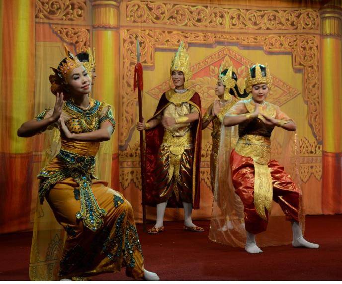 民族舞踊ディナーショーカラウェイ・パレス24
