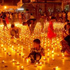 各地で燈明祭りが行われます