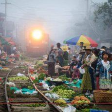 マンダレーの有名な線路上の市場